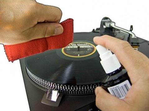 Čistiaci sprej a antistatická utierka na gramofónové platne